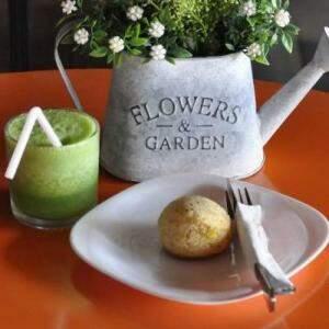 Pão de chia e suco verde, receita da casa. (Marcelo Calazans)