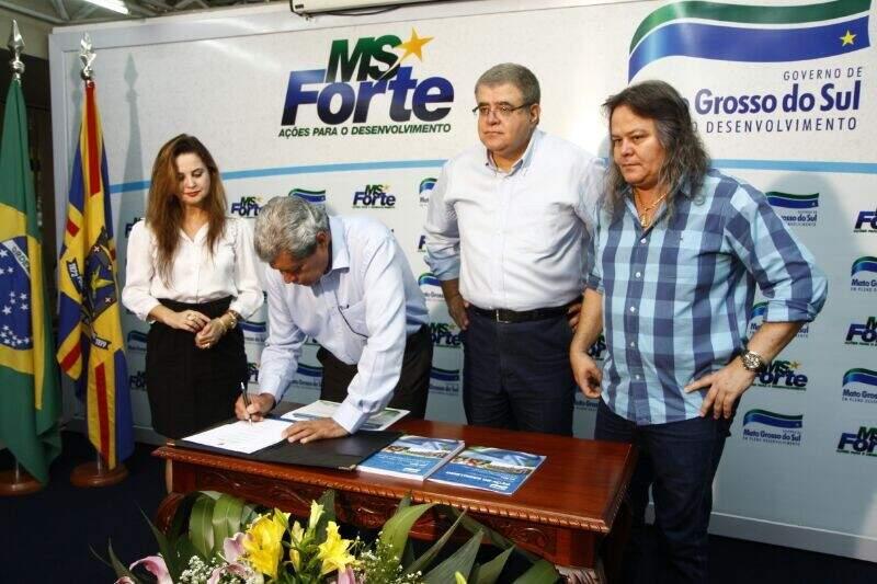 Governador assina decreto que modifica seleção de famílias que serão contempladas com moradias (Foto: Cleber Gellio)