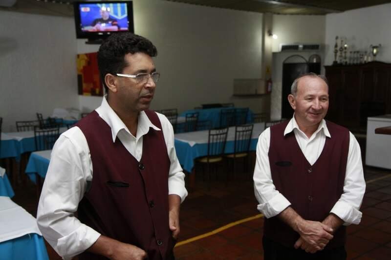Um dos pontos do lugar é manter a mesma equipe por décadas, como os garçons José e José Leite.