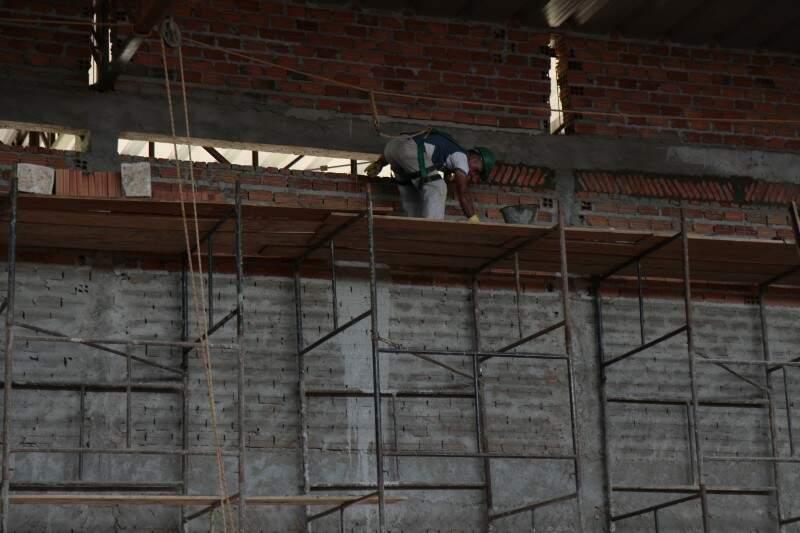 """Aos poucos, obra é """"tocada"""" por apenas quatro trabalhadores (Foto: Cleber Gellio)"""