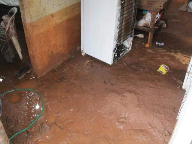 Casa da moradora Patrícia ficou cheia de lama após a chuva em 18 de fevereiro (Foto Marcos Ermínio)