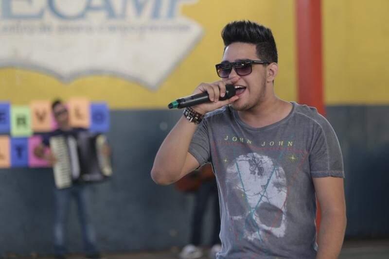O cantor e multi-instrumentista Dudu Lino, de 19 anos, vai lançar seu primeiro DVD na quarta-feira (Foto: Site do artista)