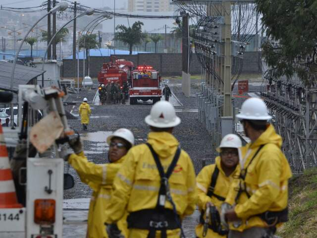 Movimentação na vizinhança foi intensa nesta manhã, enquanto dentro da subestação funcionários da Enersul trabalhavam na contenção dos estragos. (Foto: Minamar Júnior)