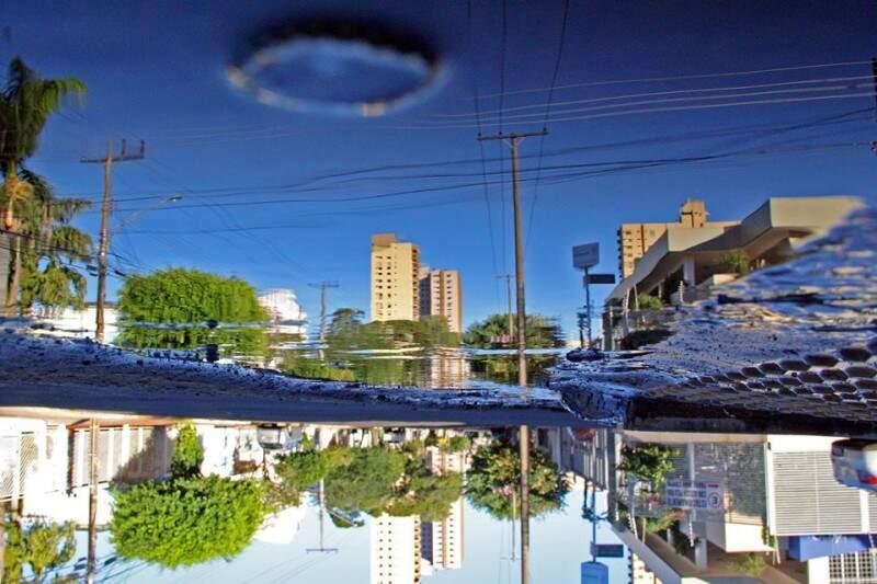 A água da chuva que faz refletir o céu azul de Campo Grande. (Foto: Marcos Ermínio)
