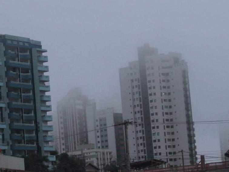 Algumas regiões de Campo Grande amanheceram encobertas por neblina (Foto: Saul Schramm)