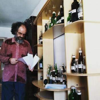 O ator César Souza interpreta um colecionador de sacis (Foto: Divulgação/Andriolli Costa)