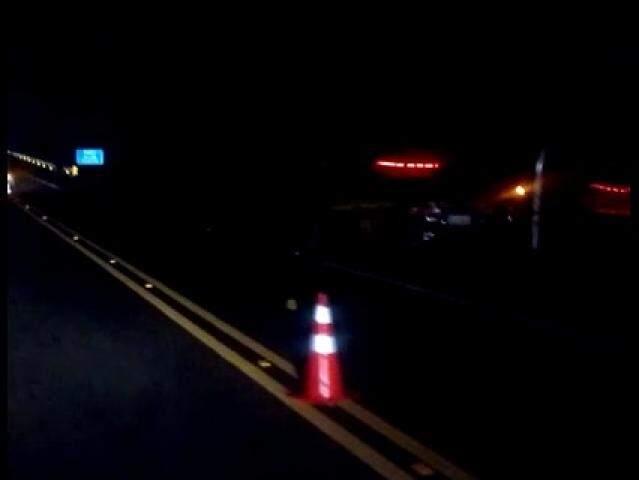 No detalhe, viaturas no acostamento da rodovia que estava sinalizada para a passagem de veículos. (Foto: Direto das Ruas)