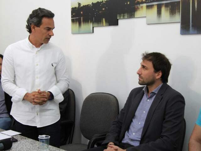 Prefeito Marquinhos Trad (PSD) ao lado do diretor-geral da Vicar, Rodrigo Mathias (Foto: Marina Pacheco)