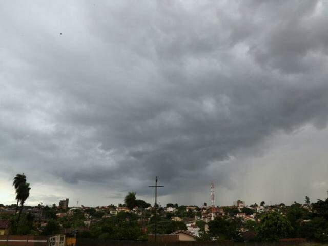 Chuvas começaram na tarde de segunda-feira e devem persistir, na Capital (Foto: Marcos Ermínio)