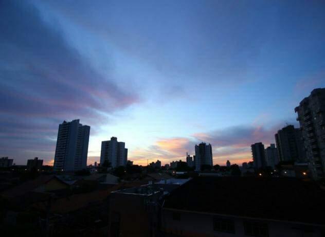 Dia amanheceu com poucas nuvens no céu de Campo Grande (Foto: André Bittar)
