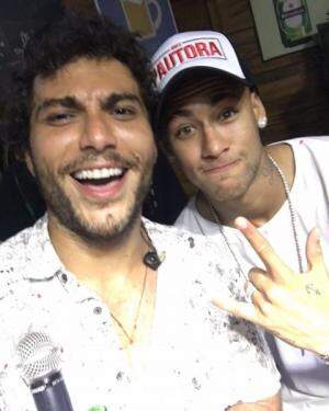 Neymar  jogador da seleção junto de Bruninho (Bruninho e Davi) usando o Boné do Pautora que ganhou de Presente. Foto Divulgação