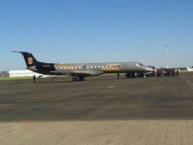 Movimentação com avião da Polícia Federal no aeroporto da Capital, na manhã desta quinta-feira (Foto: Direto das Ruas)