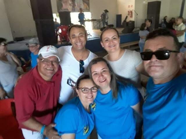 Da esquerda para a direita, Givaldo, Nerivalda, Márcia Ignácio, Valdineis Nogueira. De roupa branca, Antônio Rodrigues que é o locutor da festa e a esposa Janaína secretária da festa. (Foto: Arquivo Pessoal)