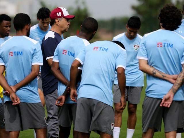 Técnico do Fluminense, Marcelo Oliveira, orienta jogadores durante treinamento (Foto: Lucas Merçon/FFC)