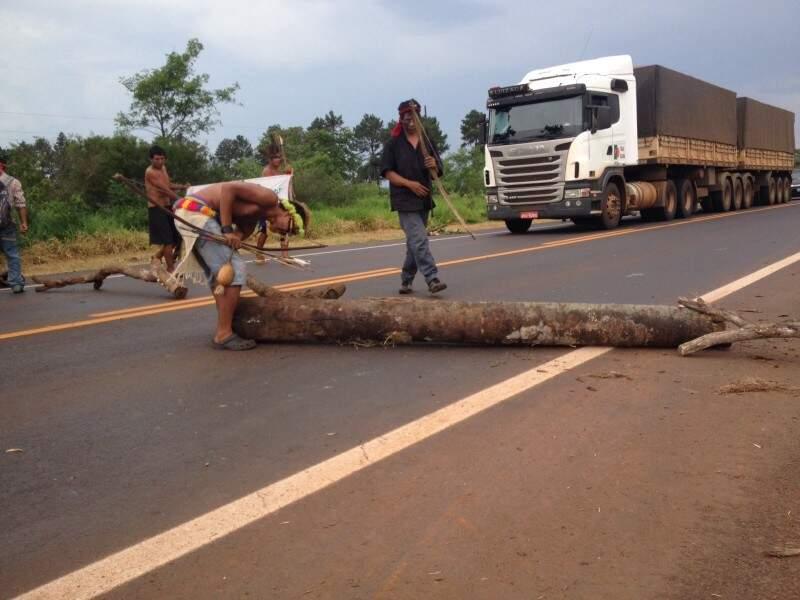 Índios removem troncos que bloqueavam a BR-163, em Rio Brilhante (Foto: Maciel Arruda/SBTMS)