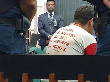 Com camiseta de ''Jesus te ama'', Nando se estapeia de novo em júri