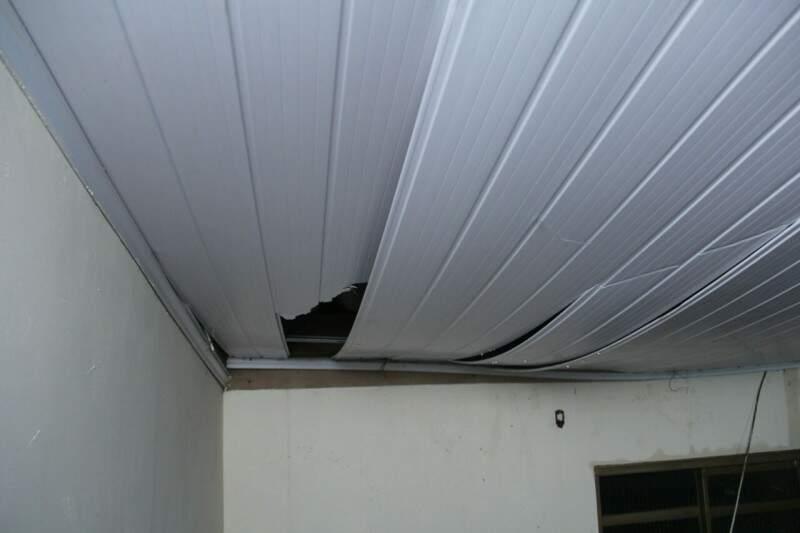 Forro ficou danificado após tijolos de casa em obras caírem. (Foto: Alan Nantes)
