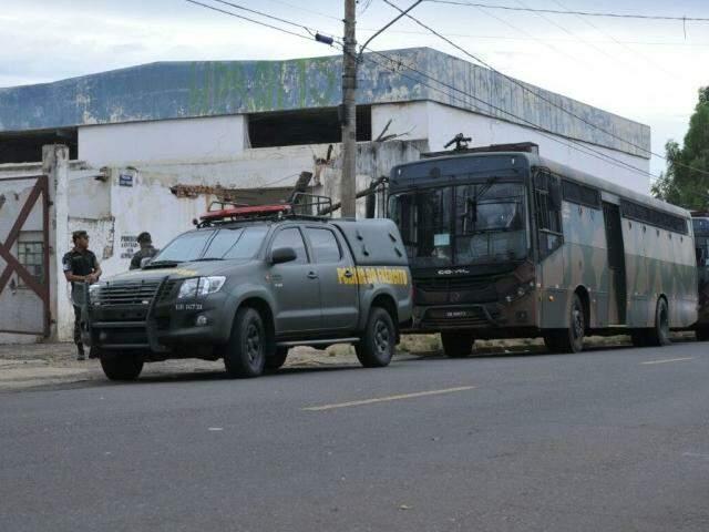 Dois ônibus e uma viatura da Polícia do Exército parados em frente ao local onde foi realizado o treinamento (Foto: Alcides Neto)