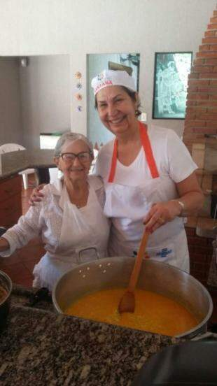 Zuleica e a sobrinha Maura no vatapá feito neste domingo.