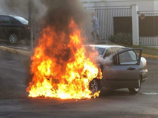 Ford Fiesta é tomando pelo fogo em rotatória do Jardim São Bento (Foto: Direto das Ruas)