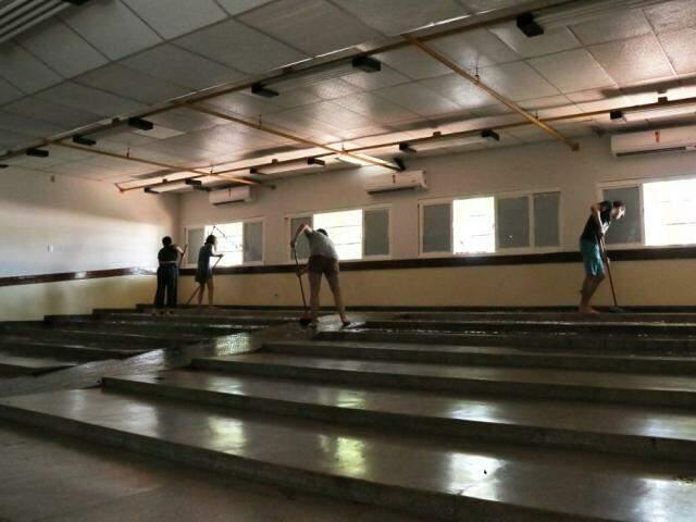 Estudantes realizavam a limpeza de prédio do Bloco 6 antes de encerrar ocupação. (Foto: Henrique Kawaminami)