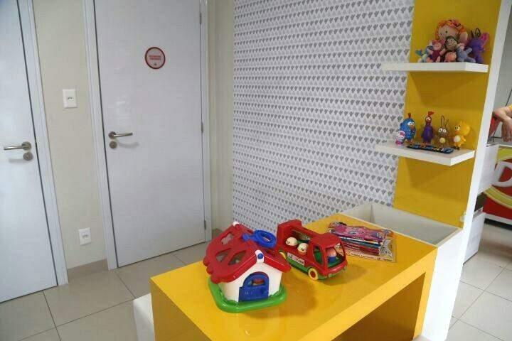 Lugar tem brinquedos para as crianças.