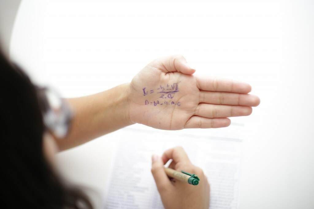 A cola na mão é uma das tradicionais para lembrar das fórmulas de matemática na hora da prova (Foto: Kisie Ainoã)