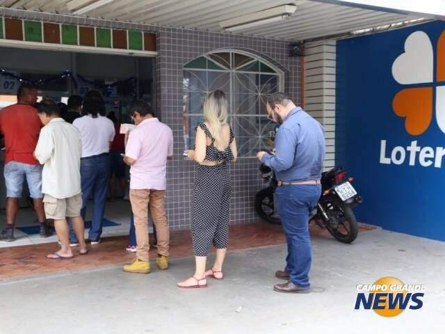 Clientes em fila de uma lotérica da Capital (Foto: Kisie Ainoã)