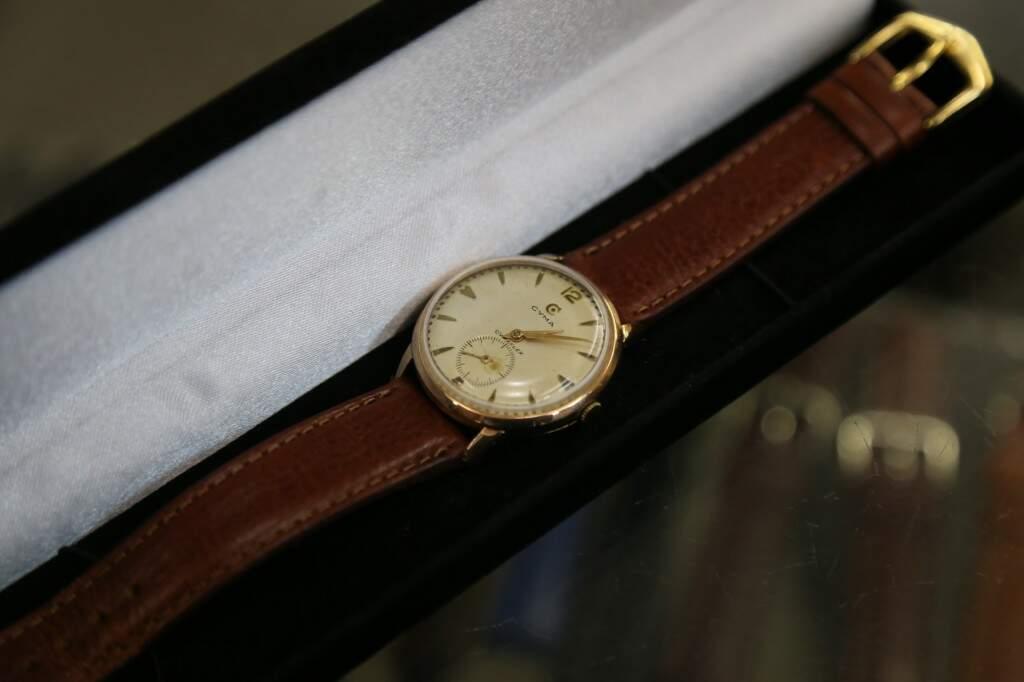 Relógio antigo, de 1960, com detalhes de ouro. (Foto: Alcides Neto)