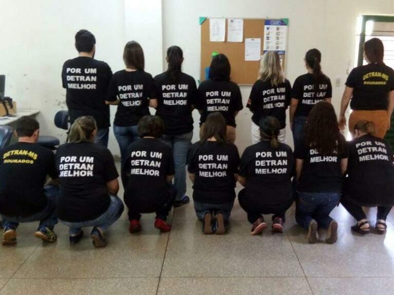 Servidores foram para o trabalho vestidos de preto (Foto: Divulgação/ Sindetran)