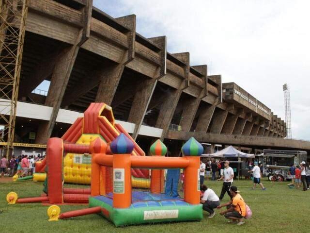 Brinquedos infláveis e um food truck foram montados em frente ao Morenão no dia do Comerário (Foto: Divulgação / Fundesporte)