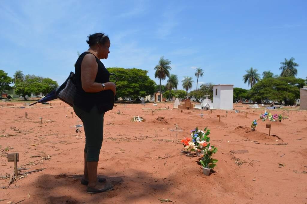 """No cemitério, Catarina """"conversa"""" com o marido que partiu (Foto: Alana Portela)"""