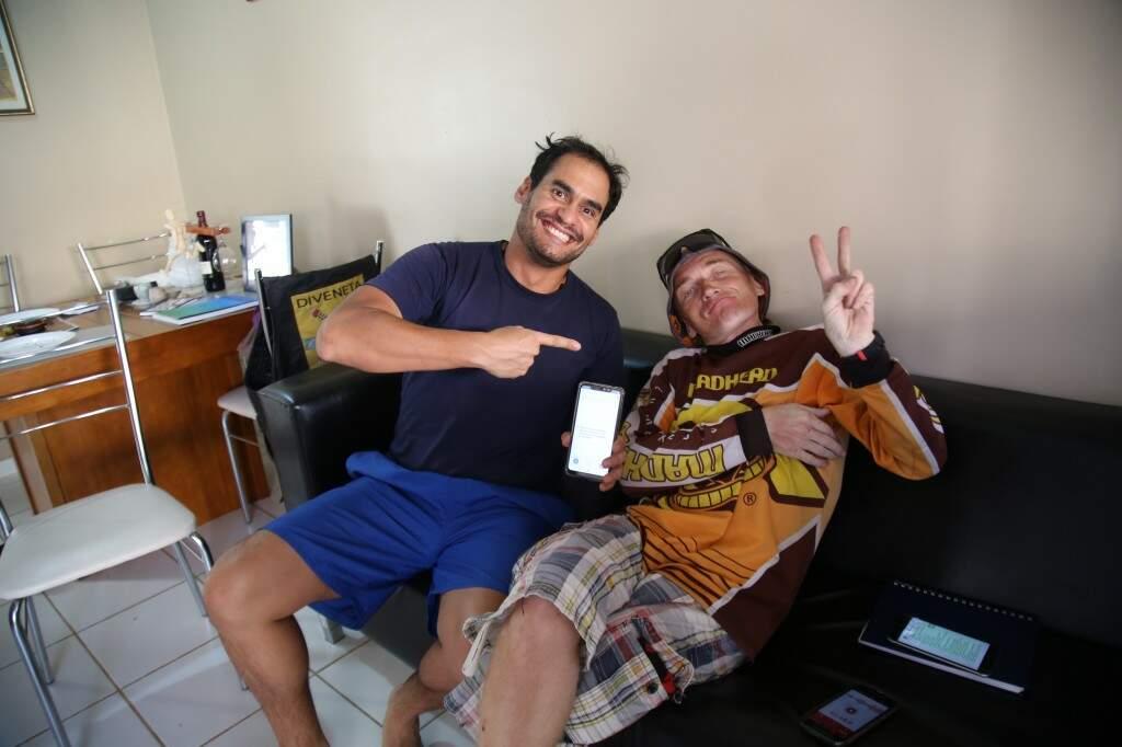 Dimmy e Konstantin na última sexta-feira (27). (Foto: Danielle Valentim)