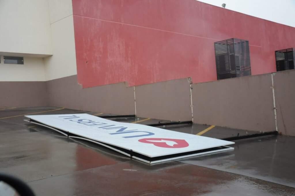 Chuva forte cai na Capital nesta tarde derrubou placa de igreja (Foto: Liniker Ribeiro)