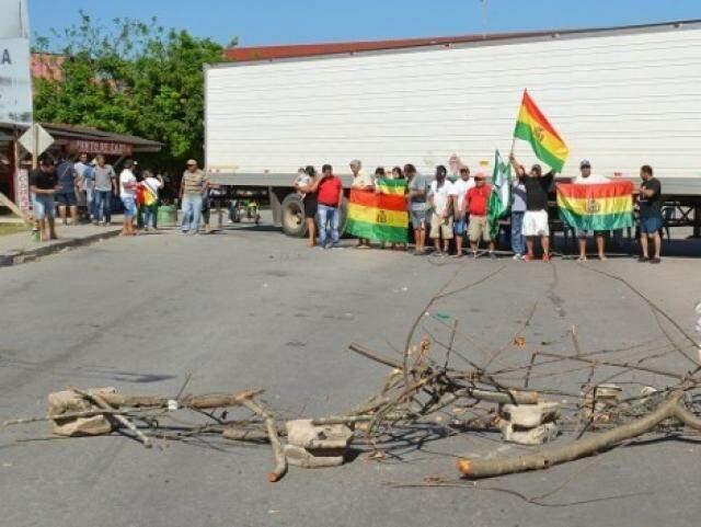 Caminhão atravessado na via e pedaços de madeira impedem passagem de veículos na fronteira Brasil/Paraguai (Foto: Dário Corumbaense)