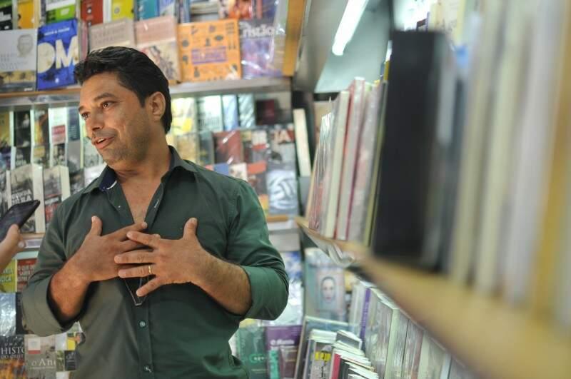 O dinheiro não deu para abrir uma livraria, mas ele se contenta em vender livros em banca. (Foto: Alcides Neto)