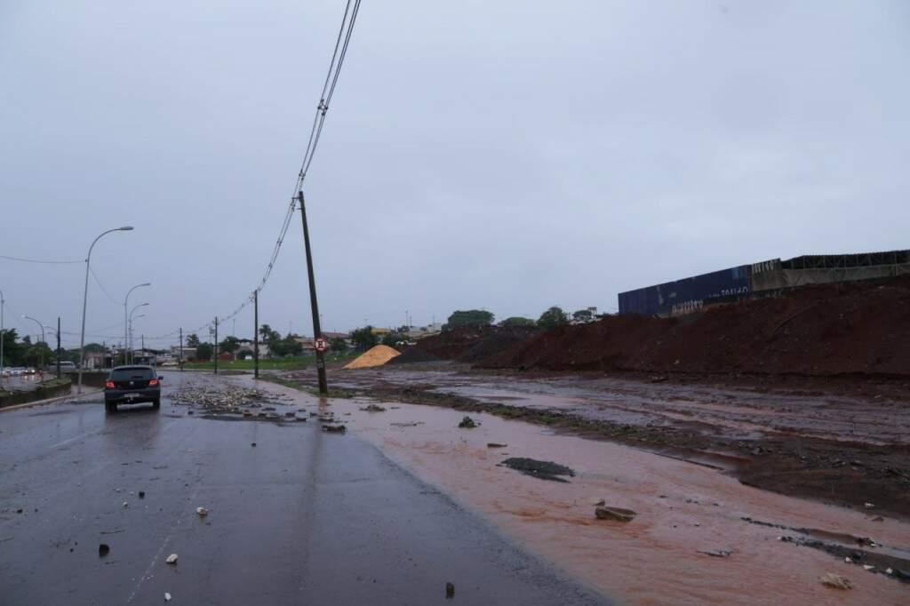 Lama e água da enxurrada perto do Centro de Belas Artes (Foto: Kísie Ainoã)