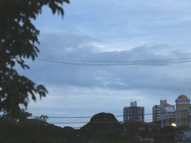 Segunda-feira começou com céu parcialmente nublado em Campo Grande; expectativa é de chuva durante o dia. (Foto: André Bittar)