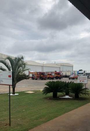 Quatro viaturas dos bombeiros ainda estão no local. (Foto: Direto das Ruas)