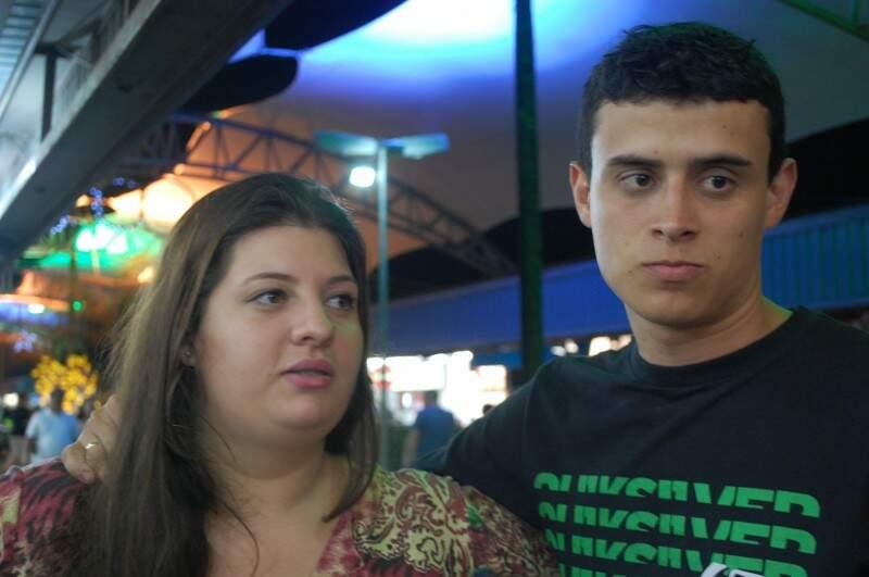 Amanda e Everton resolveram experimentar algo novo durante a visita a Feira (Foto: Adriano Fernandes)