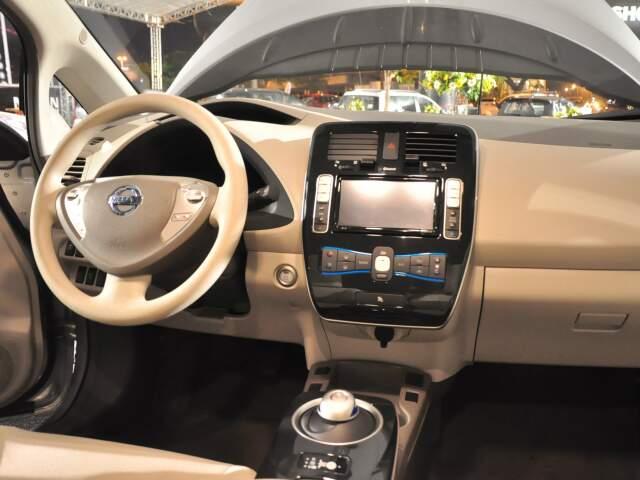Botão ao lado do volante dá partida; tecnologia ainda inclui comandos de voz e painel touch screen.