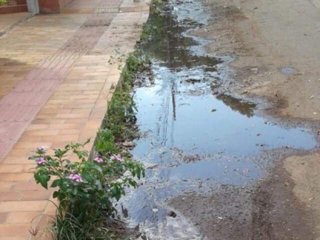 Moradores do Flanboyant convivem com esgoto há pelo menos dois dias (Foto: Direto das Ruas)