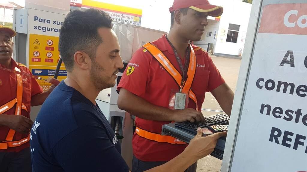 Professor paga no débito pela gasolina. Muita gente economizar para ter dinheiro e pagar à vista o combustível. (Foto: Anahi Gurgel)