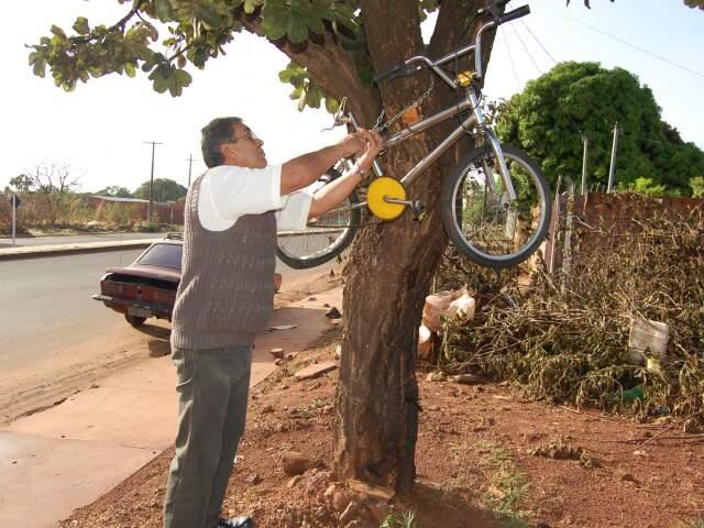 Pai tirando bicicleta de filho que morreu atropelado (Foto: Pedro Peralta)