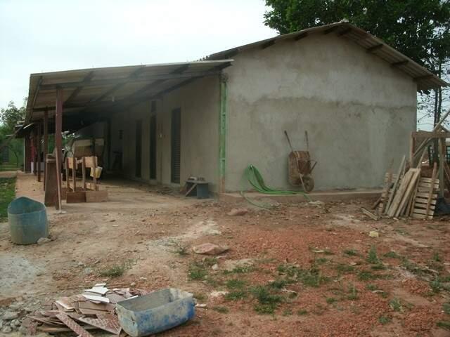 Construção irregular nas proximidades do Rio Ivinhema foi descoberta pela PMA e proprietário multado (Foto: Divulgação/PMA)