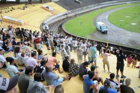 Em dia de clássico, nem chuva atrapalha vontade de ir ao estádio