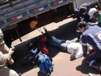 Motociclista é atingido por caminhão e arrastado por 5 metros em Três Lagoas