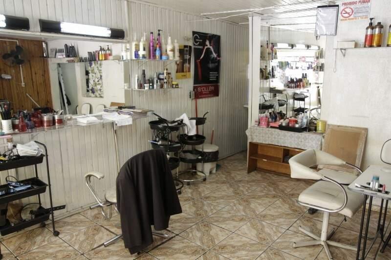 E entre a decoração dos anos passados, se chorar muito, ela corta por R$ 5; mas apenas cabelo de homem. De mulher, ainda é R$ 20.