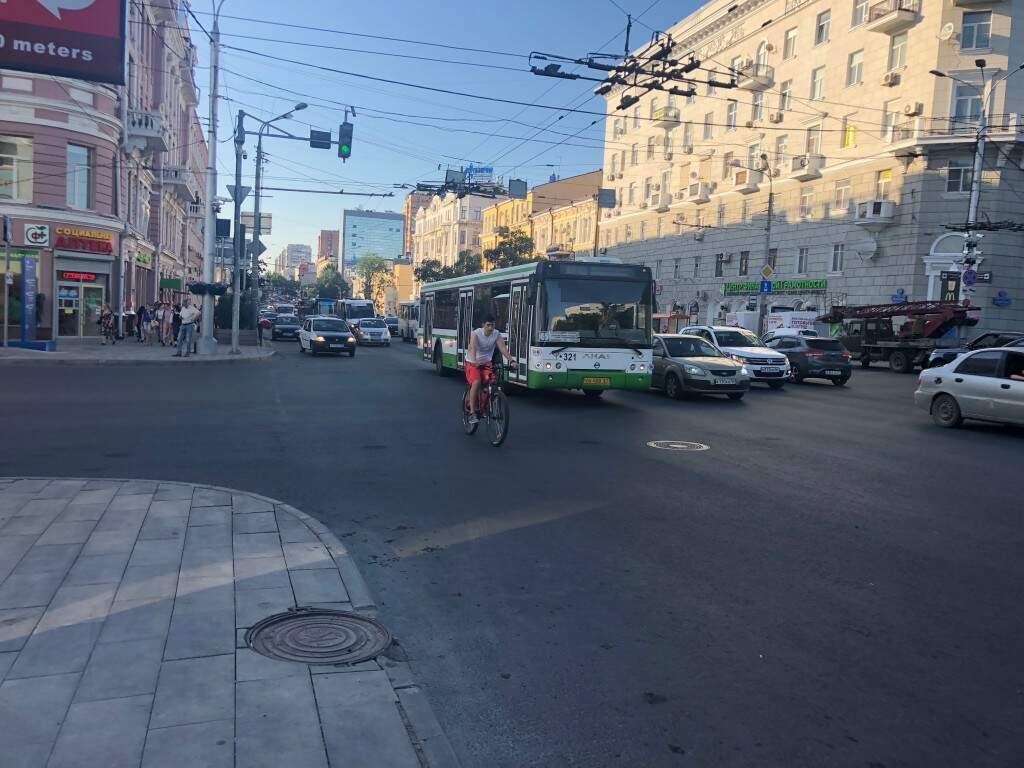 Em Rostov on Don o movimento foi normal nas ruas enquanto a seleção da Rússia abria a Copa do Mundo em Moscou (Foto: Paulo Nonato de Souza)