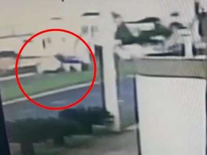"""Vídeo mostra picape """"emparelhar"""" com vítima, segundos antes de crime"""